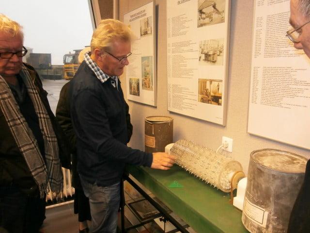 Uitleg van de werking van een cementmolen aan de hand van een model.
