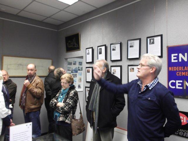 Ad Tervoort geeft uitleg over wat er allemaal te zien is in het museum.
